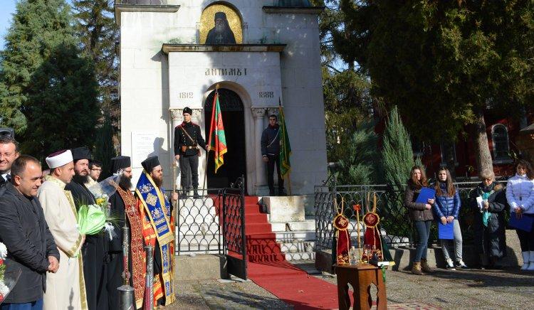 Млади социалисти поднесоха венец от името на Михаил Миков пред мавзолея на Антим Първи във Видин